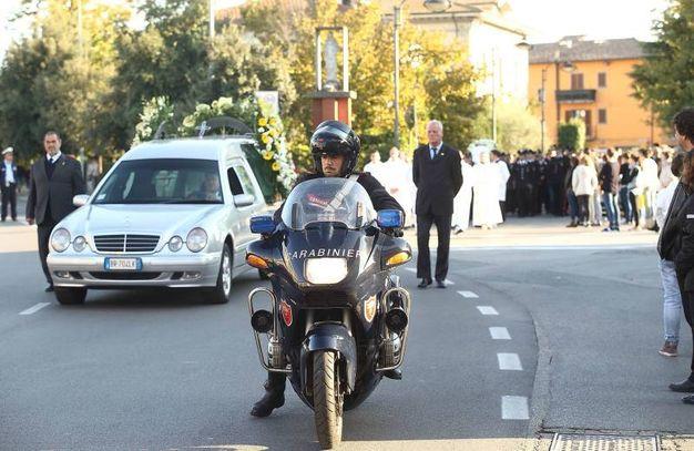 L'arrivo del feretro scortato da una moto della polizia (Foto Goiorani)