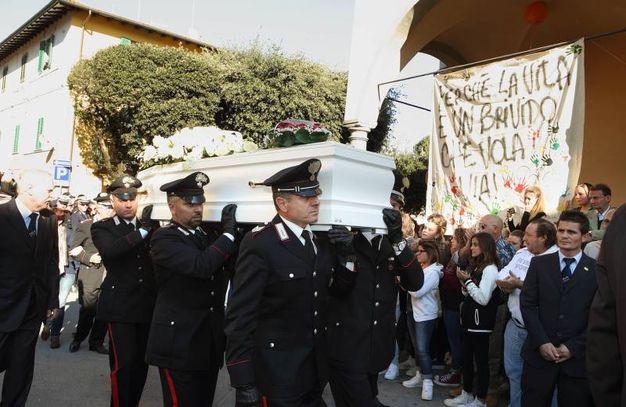 La bara di Massimo portata a spalla dai carabinieri colleghi del padre (Foto Goiorani)