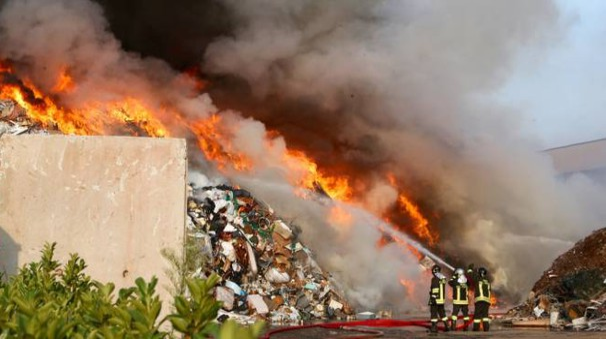 Incendio a Mortara, l'intervento dei vigili del fuoco (Sacchiero)