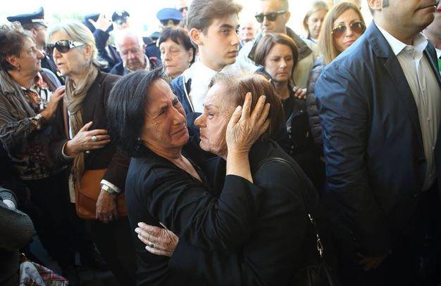 L'abbraccio della gente alla famiglia (Foto Goiorani)