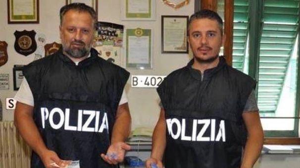 Gli agenti del commissariato mostrano la droga sequestrata