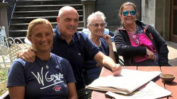 Paolo Brosio in montagna insieme alla mamma Anna, l'amica Elisabeth Di Grano ed Elena Benvenuti