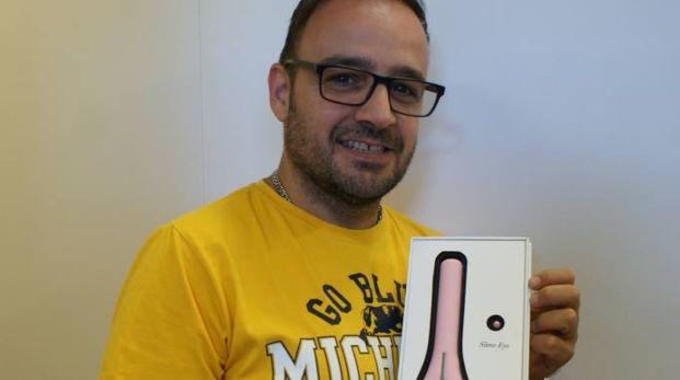 Rossano Minnozzi, titolare del sexy shop Movida  a Corridonia, mostra uno  degli articoli  in vendita