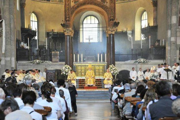 La messa nella Basilica di Sant'Ambrogio (Newpress)