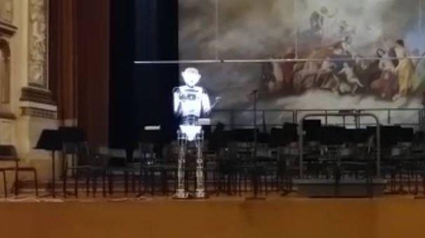 Il robot canta sul palcoscenico