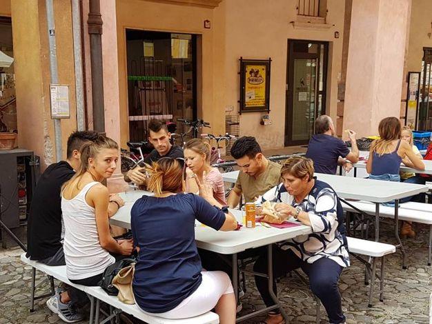 Tante tavolate in corso Mazzini