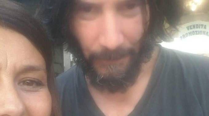 Keanu Reeves in un'immagine con una fan a Cesenatico