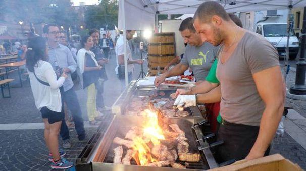 Carne sul fuoco in piazza Cavour