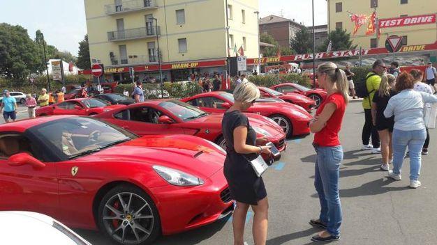 Le Ferrari sono ammirate a Maranello da tanti appassionati (foto Annese)