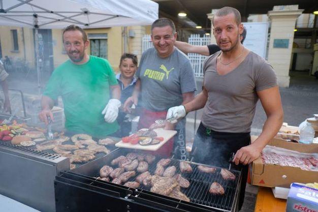 Il profumo che inebria il naso e i carboni rossi ardenti che aguzzano la vista: tutto questo è griglie in festa in piazza CAvour (Foto Fantini)