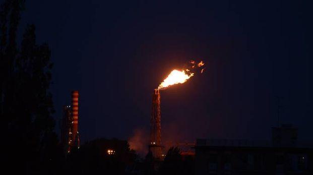 Le fiamme alte visibili da lunga distanza e un forte odore di ammoniaca in tutta la zona nord della città