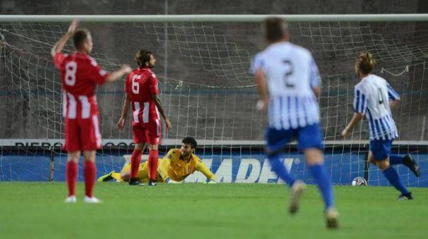 Longato e Falco guardano sconsolati Baldassarri a terra: Pierfederici ha appena segnato lo 0-2