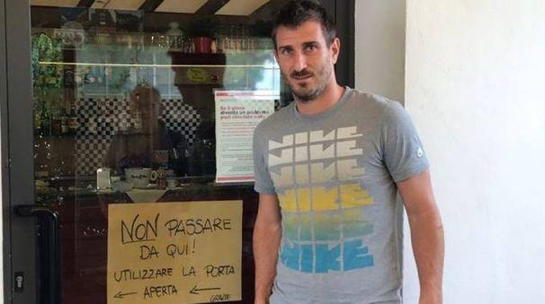 Michele Antoniacci davanti alla porta già sostituita