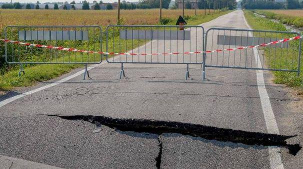 La crepa si è aperta sull'asfalto per il cedimento di un pilone del ponte a Gavello