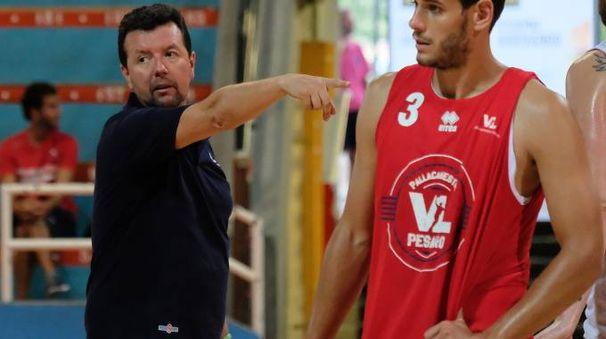 L'allenatore Spiro Leka indica la strada a Marco Ceron