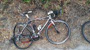 Una bici con la ruota deformata dopo l'urto