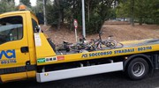 Il carroattrezzi porta via le bici rotte
