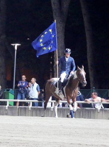 Sfilata con la bandiera dell'Europa (foto Ravaglia)