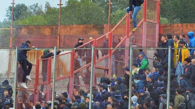 Un momento degli scontri fra i tifosi (Newpress)
