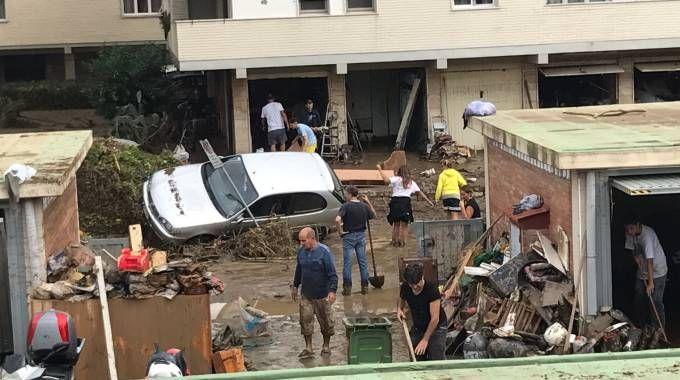 Distruzione in via Mondolfi a Livorno, la gente cerca di salvare il salvabile