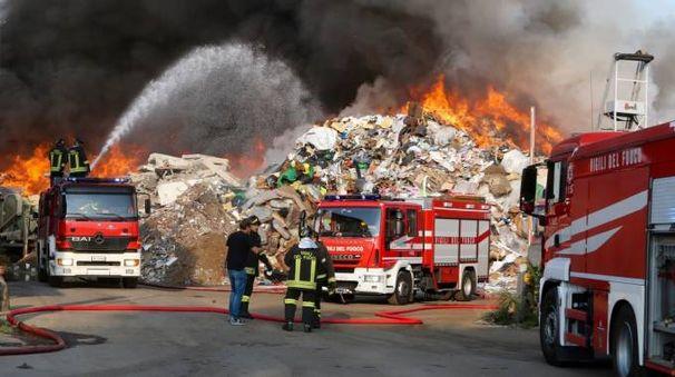 Vigili del fuoco al lavoro per domare il rogo