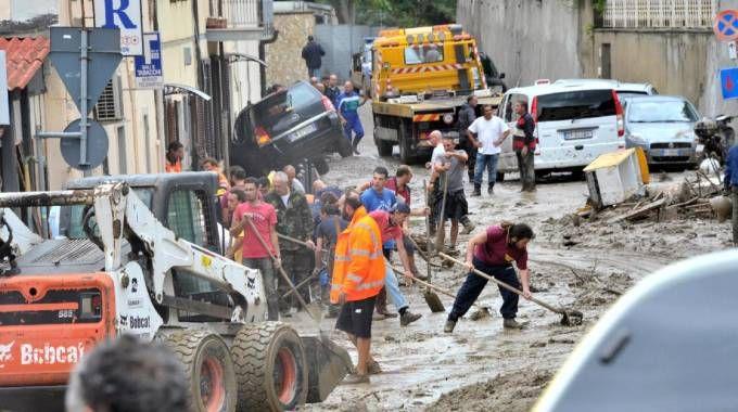 Livorno, al lavoro per rimuovere il fango dalle strade (Ansa)