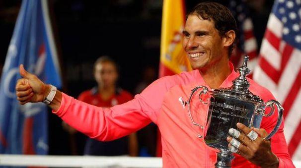 Rafael Nadal con il trofeo degli Us Open 2017 (Lapresse)