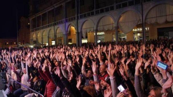 Il pubblico del Mei in piazza del Popolo a Faenza