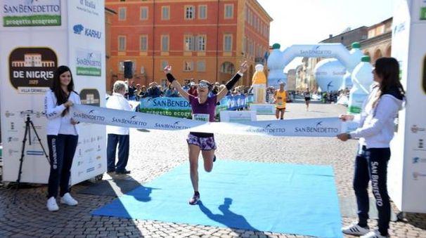 Un'atleta al traguardo della  Maratona d'Italia in piazza Martiri