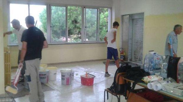 Alcuni dei volontari che hanno  ritinteggiato le aule della scuola Don Milani
