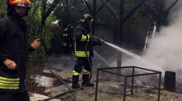 I soccorritori sul luogo dell'incendio (foto di Massimo Pasquali)