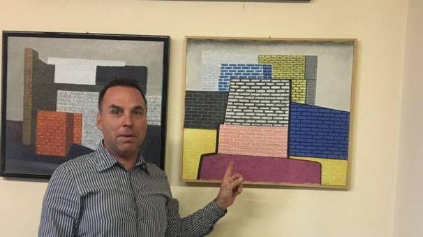 Il sindaco Aries Bonazza di fianco al dipinto