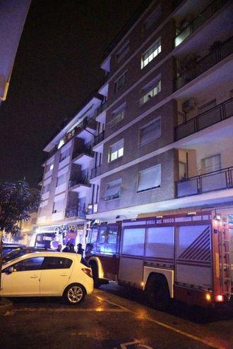 I soccorsi al 22enne caduto dal quinto piano (foto Zeppilli)