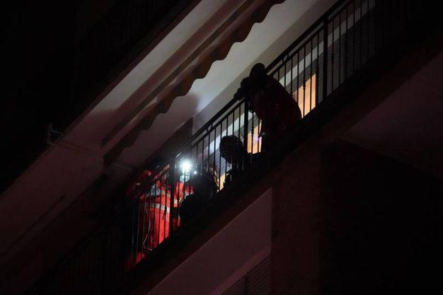 Il giovane dopo la caduta è stato trasportato all'ospedale (foto Zeppilli)