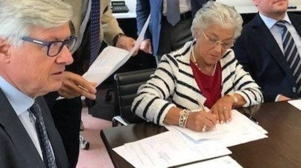 Giuseppina Micheletti mentre sottoscrive il contratto davanti al notaio nella sede della Fondazione Cassa
