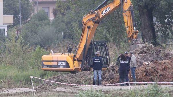 Gli scavatori e le forze dell'ordine all'opera (foto Ravaglia)