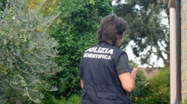 La polizia scientifica sul luogo del suicidio (foto Novi)
