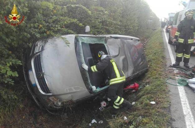 L'auto distrutta nello schianto (foto Vigili del fuoco)