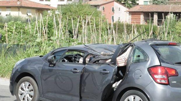 L'auto colpita da un albero caduto