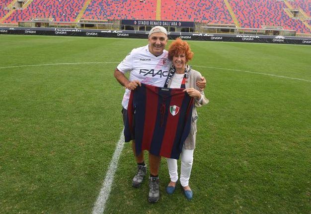 Marcella, la figlia di Schiavio, ha simbolicamente consegnato la riproduzione della maglia del padre a Corvinelli (foto Schicchi)
