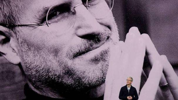 Tim Cook presenta il nuovo iPhone (Afp)