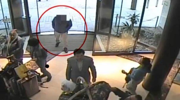 I ladri rubano le borse nelle hall degli alberghi
