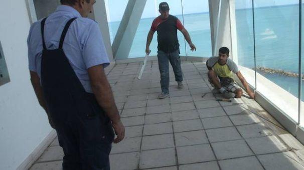 I tecnici della ditta e i progettisti impegnati sugli ascensori