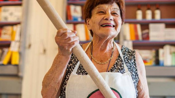 La ristoratrice Aldina Morri con il suo mattarello