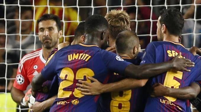 Esultano i giocatori del Barcellona, il disappunto di Buffon (Ansa)