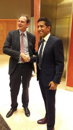 Da sinistra, Andrea Catalano con il dr Sanjay Gupta