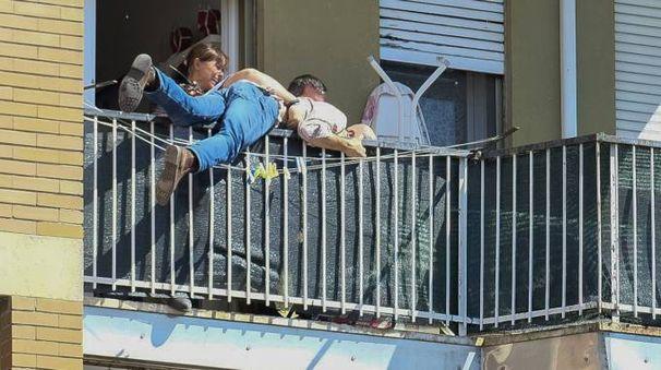 L'uomo preso mentre cerca di gettarsi dal balcone (Newpress)