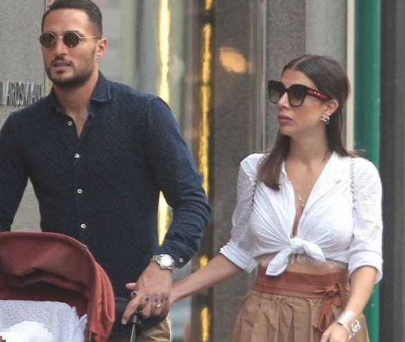 Danilo D'Ambrosio con la moglie Enza e il figlio a passeggio a Milano (La Presse)
