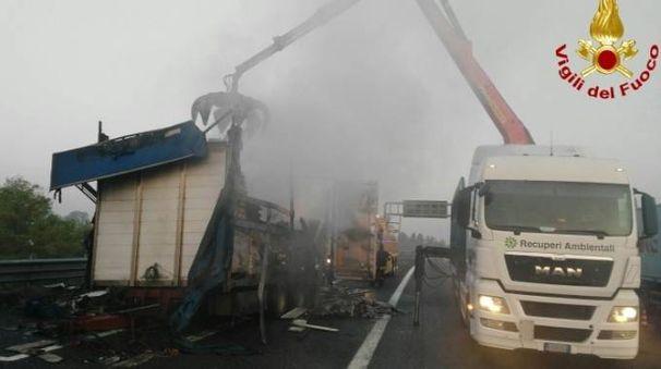 L'autoarticolato in fiamme in A1