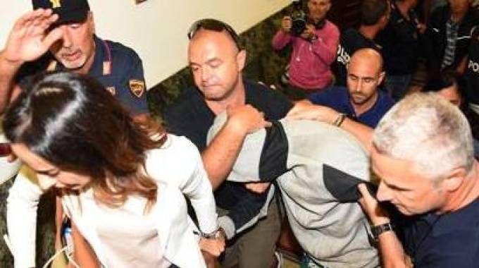 Il momento dell'arresto di uno dei due minorenni